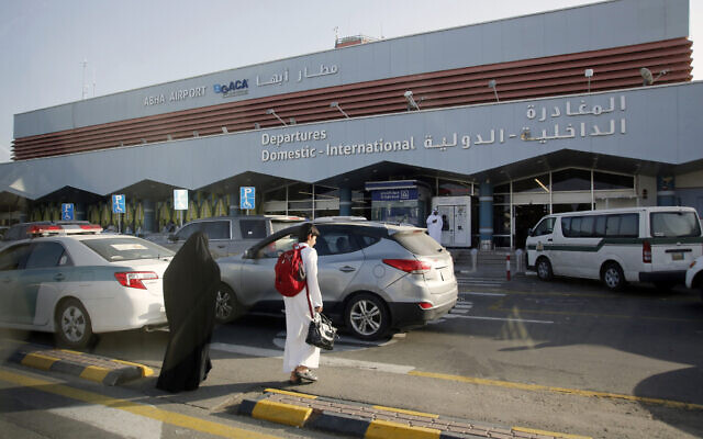 Photo d'illustration : Des passagers saoudiens rentrent dans le terminal des départs de l'aéroport Abha, dans le sud-ouest de l'Arabie saoudite. (Crédit : AP Photo/Amr Nabil)