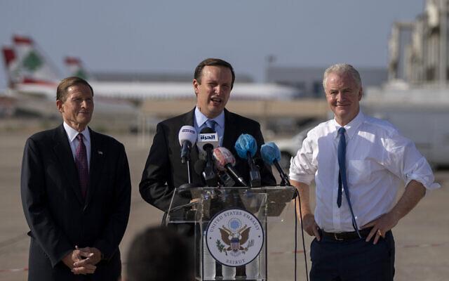 Le sénateur démocrate Chris Murphy (Connecticut), au centre, le sénateur démocrate Chris Van Hollen (Maryland), à droite et le sénateur démocrate  Richard Blumenthal (Connecticut) à gauche lors d'une conférence de presse sur la base militaire de l'aéroport de Beyrouth, au Liban, le 1er septembre 2021. (Crédit : AP Photo/ Hassan Ammar)