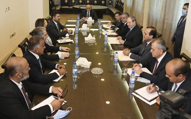 Sur cette photo publiée par l'agence de presse officielle syrienne SANA, le ministre syrien des Affaires étrangères Faisal Mokdad, troisième à droite, rencontre le ministre libanais de l'Énergie Raymond Ghajar, à gauche, la ministre intérimaire de la Défense et ministre des Affaires étrangères par intérim Zeina Akar, deuxième à gauche, le ministre libanais des Finances Ghazi Wazni, troisième à droite, et le principal négociateur et chef de la sécurité du Liban, Abbas Ibrahim, à Damas, en Syrie, le samedi 4 septembre 2021. (Crédit : SANA via AP)