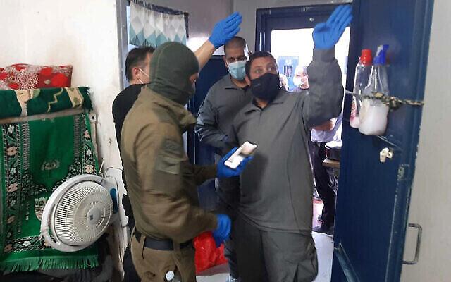 Le personnel de sécurité inspecte une cellule après l'évasion de six prisonniers palestiniens par un tunnel, dans la prison de Gilboa, dans le nord d'Israël, le 6 septembre 2021. (Crédit : Service israélien des prisons via AP)