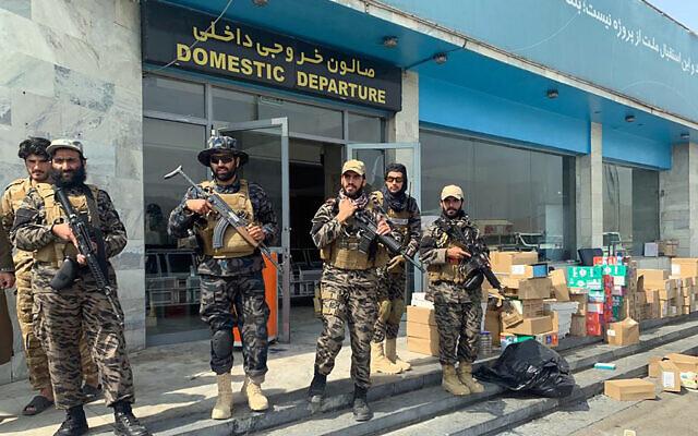 Des talibans montent la garde à l'intérieur de l'aéroport international Hamid Karzai à Kaboul, en Afghanistan, le 31 août 2021, après le retrait des États-Unis. (Crédit : AP Photo/Kathy Gannon, Archives)