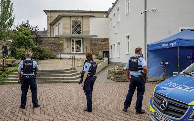 Des policiers montent la garde devant l'entrée du bâtiment de la communauté juive à Hagen, en Allemagne, le jeudi 16 septembre 2021. (Crédit : Henning Kaiser/dpa via AP)