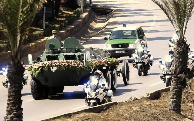 Le convoi transportant le cercueil de l'ancien président algérien Abdelaziz Bouteflika se rend au cimetière d'El Alia à Alger, dimanche 19 septembre 2021. (Crédit : AP Photo/Fateh Guidoum)