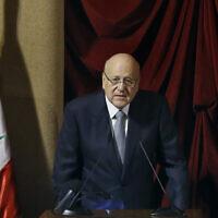 Le Premier ministre libanais Najib Makiti pendant une session du parlement confirmant le nouveau gouvernement dans un théâtre de Beyrouth connu sous le nom de Palais de l'UNESCO, le 20 septembre 2021. (Crédit : AP/Bilal Hussein)