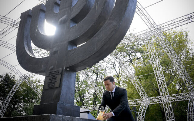 Le président ukrainien Volodymyr Zelensky lors d'une cérémonie au monument en mémoire des victimes juives des massacres nazis à Kiev, capitale du pays, le 29 septembre 2021. (Crédit :  Bureau de la présidence ukrainienne via AP)