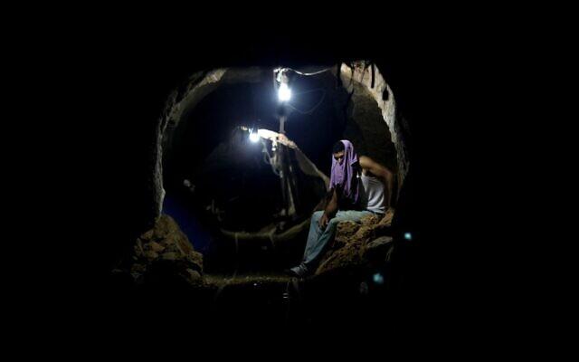 Un ouvrier palestinien dans un tunnel de contrebande à Rafah, à la frontière entre la bande de gaza et l'Égypte, le 30 septembre 2013. (Crédit : AP/Hatem Moussa)