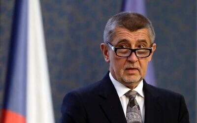 Andrej Babis lors d'une conférence de presse au siège du gouvernement à Prague, en 2018. (Crédit : AP Photo/Petr David Josek)