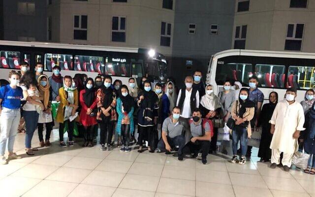 Des demandeurs d'asile afghans arrivent à Abu Dhabi, aux Émirats arabes unis, le 6 septembre 2021. (Crédit : IsraAID)