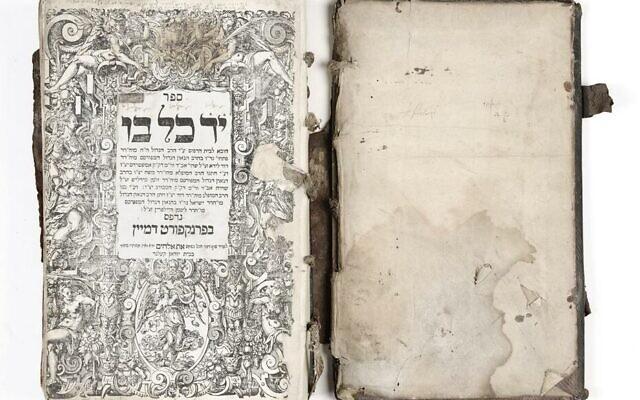 Un livre retrouvé à Dambach-la-Ville en 2012. (Crédit : Musées de Strasbourg/Mathieu Bertola)
