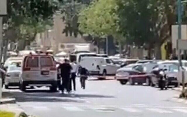 La police sécurise la zone près d'une banque à Haïfa où une femme a menacé de faire exploser un gilet explosif, le 2 septembre 2021. (Crédit : capture d'écran : Twitter)
