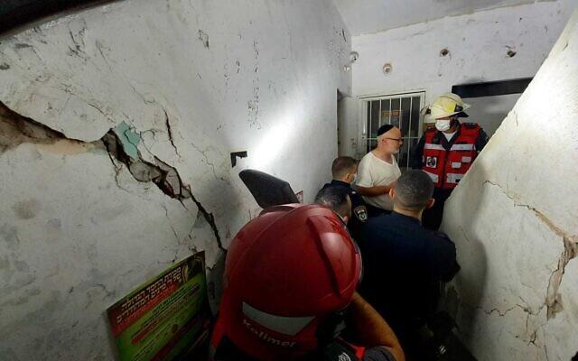 Un immeuble de Bnei Brak est évacué le 16 septembre 2021 après l'apparition de fissures sur les murs (Crédit : Service d'incendie et de secours)