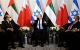 Le Premier ministre Naftali Bennett (C) rencontre le ministre d'État des Affaires étrangères des Émirats arabes unis Khalifa al-Marar (R) et le ministre bahreïni des Affaires étrangères Abdullatif Al Zayani (G) à son hôtel à New York, dimanche soir (Crédit : Avi Ohayon/GPO).
