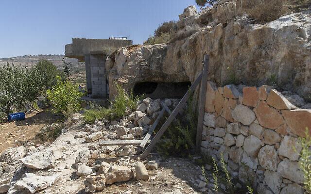 Cette photo montre une scène après une opération de l'armée israélienne dans le village cisjordanien de Beit Anan, près de Bidu, au cours de laquelle plusieurs hommes armés du Hamas ont été tués, le 26 septembre 2021 (Crédit : AP Photo/Nasser Nasser).