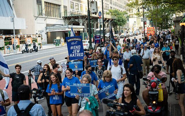 Des manifestants pro-israéliens protestent à New York contre Ben and Jerry's au sujet de son boycott des implantations, le 12 août 2021. (Crédit : Luke Tress/Flash90)