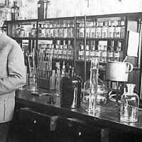 Otto Warburg dans son laboratoire à l'Institut Kaiser Wilhelm. (Crédit : Archives fédérales allemandes)