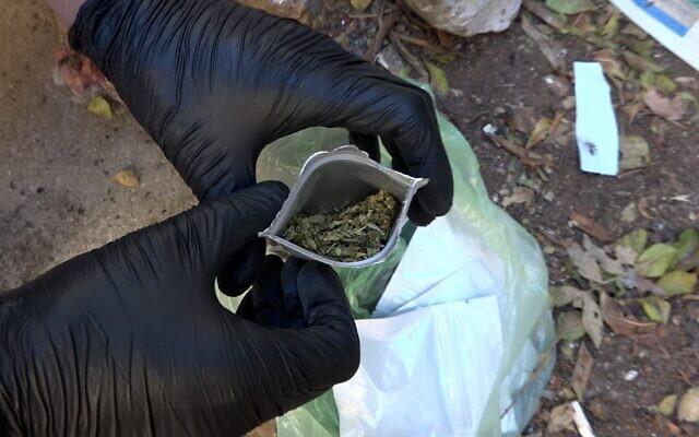 La police trouve des sacs d'un cannabinoïde synthétique illégal dans la région de Haïfa, le 26 septembre 2021. (Crédit : Police israélienne)