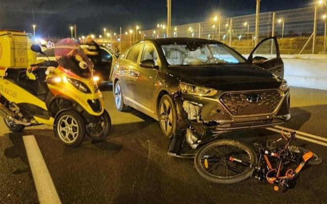 La scène où un garçon de 12 ans a été tué lorsqu'il a été percuté par une voiture sur la route 4 alors qu'il roulait durant le erev Yom Kippour, le 15 septembre 2021. (Crédit : Magen David Adom)