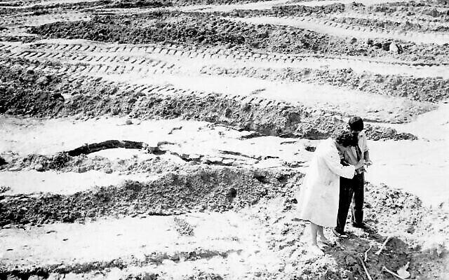 Les premiers efforts déployés dans les années 1960 pour localiser et identifier les restes à Babi Yar, où quelque 100 000 personnes ont été assassinées à peine 20 ans plus tôt. (Crédit : Joseph Schneider via la Bibliothèque nationale d'Israël)