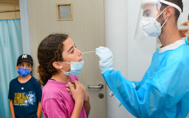 Des enfants subissent un test de dépistage du COVID-19 à l'hôpital   Clalit de Katzrin, le 6 septembre 2021. (Crédit : Michael Giladi/Flash90)