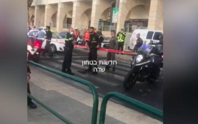 Promenade de Tel Aviv, à l'angle des rues Herbert Shmuel et Zerubavel après qu'un homme de 22 ans a menacé des passants avec une arme, le 22 septembre 2021 (Crédit : capture d'écran)