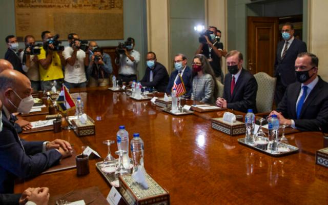 Le conseiller à la sécurité nationale de la Maison Blanche, Jake Sullivan, assis (deuxième à droite), rencontre le ministre égyptien des Affaires étrangères Sameh Shoukry et leurs délégations au ministère des Affaires étrangères, au Caire, en Égypte, le mercredi 29 septembre 2021. (Crédit : AP Photo/Nariman El-Mofty)