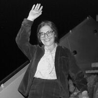 La prisonnière de Sion Ida Nudel et son chien arrivant à bord d'un Boeing privé, appartenant au milliardaire Armand Hammer, à l'aéroport Ben Gurion, le 15 octobre 1987. (Nati Harnik/GPO)