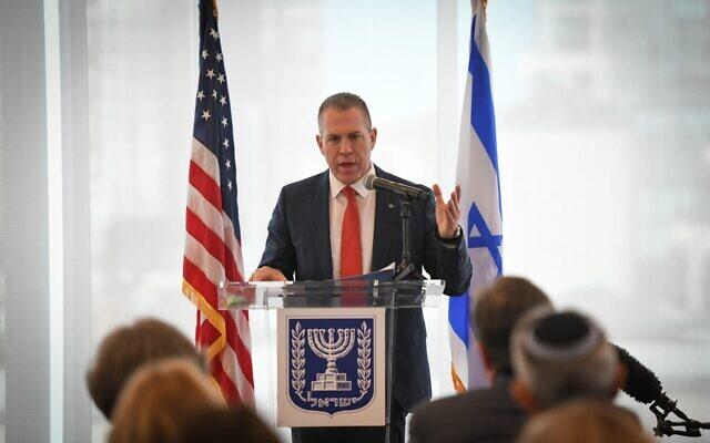L'ambassadeur israélien à l'ONU Gilad Erdan s'exprime devant un groupe de responsables des communautés juives américaines à New York, le 27 juin 2021. (Crédit : Shahar Azran)