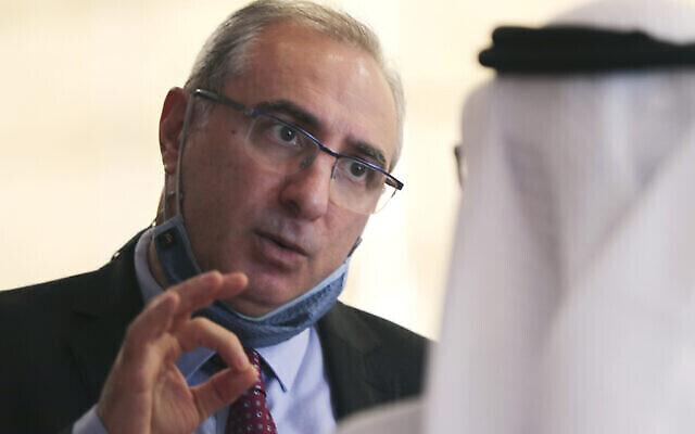 L'ambassadeur d'Israël aux EAU, Eitan Naeh, à gauche, s'entretient avec un fonctionnaire émirati lors du Global Investment Forum à Dubaï, aux Émirats arabes unis, le 2 juin 2021. (Crédit : AP/Kamran Jebreili)