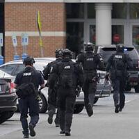 Illustration - Des policiers courent vers l'entrée du centre commercial Westfield Southcenter après son évacuation suite à une fusillade, le 1er mai 2021, à Tukwila, Washington, au sud de Seattle. (Crédit : AP Photo/Ted S. Warren)