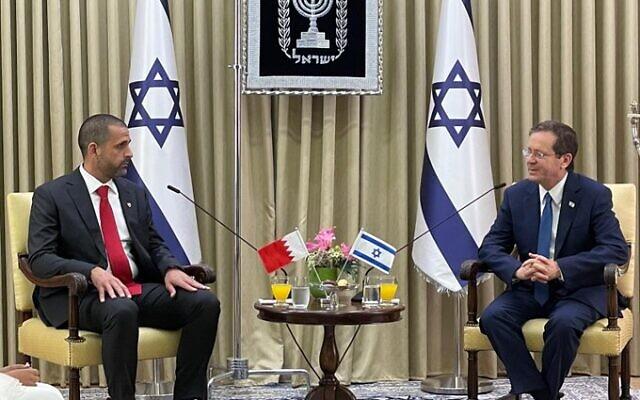 L'ambassadeur du Bahreïn en Israël, Khaled Al Jalahma, à gauche, et le président Isaac Herzog à Jérusalem, le 14 septembre 2021. (Crédit : GPO)