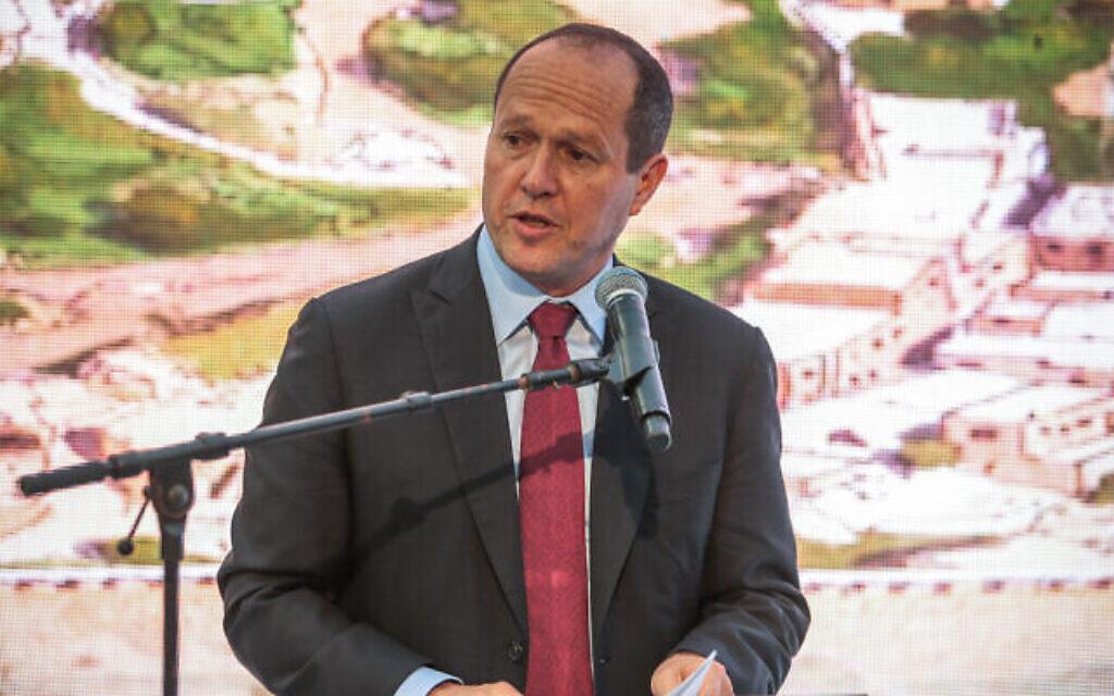 Le député Likud Nir Barkat s'exprime lors de l'ouverture d'une ancienne route sur le site archéologique de la Cité de David dans le quartier de Silwan à Jérusalem-Est, le 30 juin 2019. (Flash90)