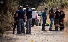 des agents de la police médico-légale et des agents à l'endroit où trois hommes morts ont été découverts, une affaire de triple meurtre présumée, dans une forêt du nord d'Israël, le 1er novembre 2020. (Crédit :  Basel Awidat/Flash90)
