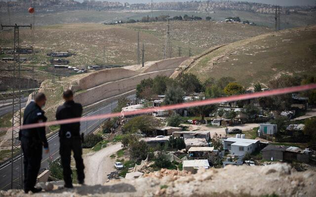 Une vue du village bédouin de Khan al-Ahmar en Cisjordanie, le 21 mars 2021. (Crédit :  Yonatan Sindel/Flash90)