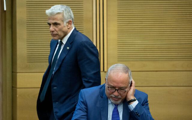 Le ministre des Finances Avigdor Liberman et le ministre des Affaires étrangères Yair Lapid à la Knesset le 13 juin 2021.(Crédit : Yonatan Sindel/Flash90)