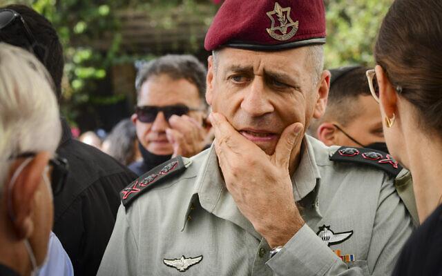 Le chef d'État-major de l'armée israélienne Aviv Kohavi lors des funérailles du correspondant aux affaires militaires de la Deuxième chaîne Roni Daniel, au cimetière de Kiryat Shaul, le 29 juillet 2021. (Crédit :  Sassoni/Flash90)