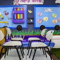 Vue d'une salle de classe dans une école pour filles de Tzfat, le 30 août 2021. (Crédit : David Cohen/Flash90)