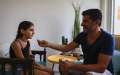 Un père dépiste sa fille à la COVID-19 grâce à un test antigénique rapide à la veille de la rentrée scolaire à Jérusalem, le 30 août 2021. (Crédit : Olivier Fitoussi/Flash90)
