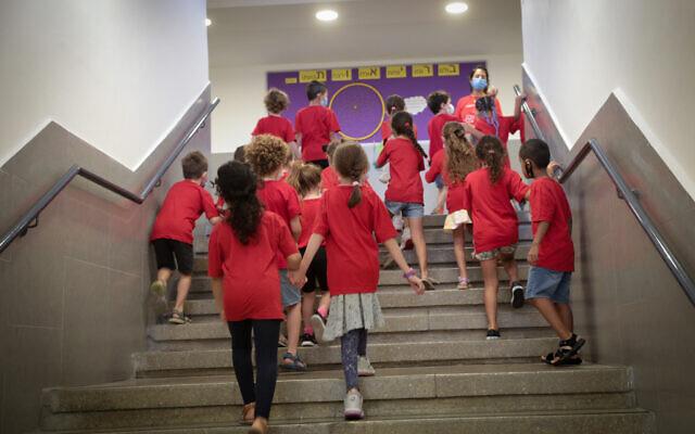 Des enfants israéliens lors de la rentrée scolaire à l'école Pola, à Jérusalem, le 1er septembre 2021. (Crédit : Yossi Zamir/Flash90)