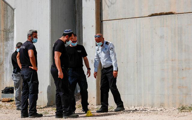 Des agents de police et des gardiens aux abords de la prison de Gilboa, dans le nord d'Israël, d'où six terroristes palestiniens se sont échappés, le 6 septembre 2021. (Crédit : Flash90)