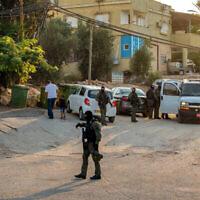 La police des frontières israélienne dans le village de Naura à la recherche de six fugitifs palestiniens qui se sont échappés d'une prison de haute-sécurité dans le nord d'Israël, le 7 septembre 2021. (Crédit : Flash90)