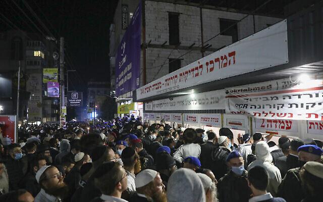 Des Juifs attendent devant un centre de test COVID-19 à Ouman à la fin de la fête de Roch Hachana, le 8 septembre 2021. (Flash90)