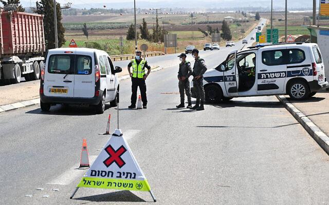 Des policiers israéliens à un barrage routier au carrefour de Jezreel, sur la Route 60, qui mène à Jénine, à la recherche des prisonniers palestiniens qui se sont enfuis de la prison Gilboa, le 9 septembre 2021. (Crédit : Michael Giladi /Flash90)