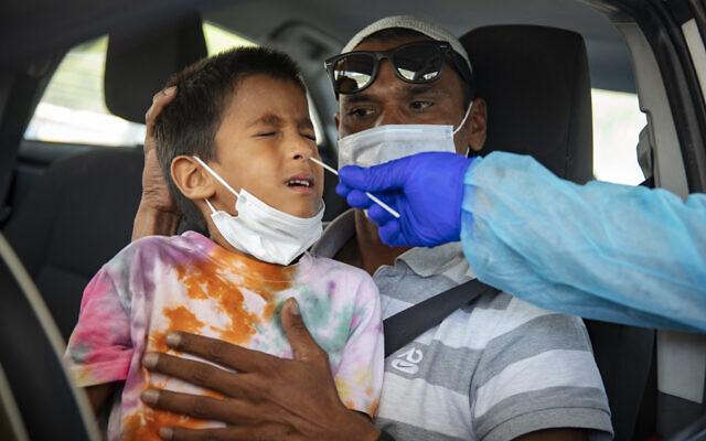 Un enfant se fait dépister au coronavirus à Jérusalem, le 9 septembre 2021. (Crédit : Olivier Fitoussi/Flash90)