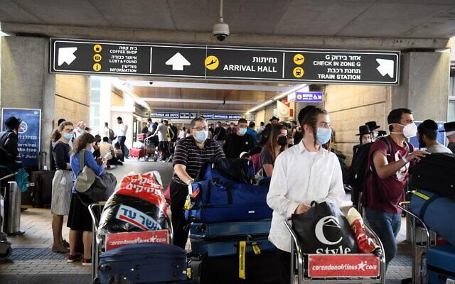 Des voyageurs arrivent à l'aéroport Ben-Gurion près de Tel Aviv, le 10 septembre 2021. (Crédit : Yossi Zeliger/Flash90)