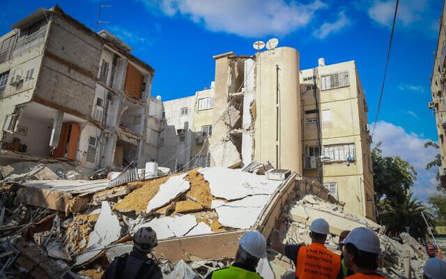 Le lieu de l'effondrement d'un immeuble d'habitation à Holon le 12 septembre 2021. (Crédit : Flash90)