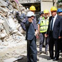 Le contrôleur d'État Matanyahu Englman (au centre) se rend sur les lieux de l'effondrement d'un immeuble résidentiel dans la ville centrale de Holon, le 13 septembre 2021. (Crédit  : Avshalom Sassoni/Flash90)
