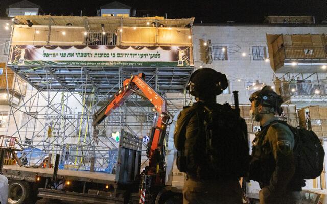 La police aux abords d'une souccah apparemment dangereuse et promise à la démolition à Jérusalem, le 12 septembre 2021. (Crédit : Olivier Fitoussi/Flash90)