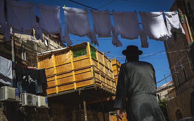 Une soucca dans le quartier ultra-orthodoxe de Mea Shearim à Jérusalem, le 19 septembre 2021. (Crédit : Olivier Fitoussi/Flash90)