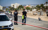 Les forces de sécurité sur les lieux d'une attaque à la voiture-bélier contre deux agents de police qui a fait un mort dans la ville de Nahariya, dans le nord d'Israël, le 21 septembre 2021. (Crédit : Alon Nadav/Flash90)