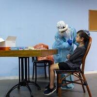 Un infirmier du Magen David Adom pratique un test de dépistage rapide dans un centre de dépistage de Jérusalem, le 26 septembre 2021. (Crédit : Olivier Fitoussi/Flash90)